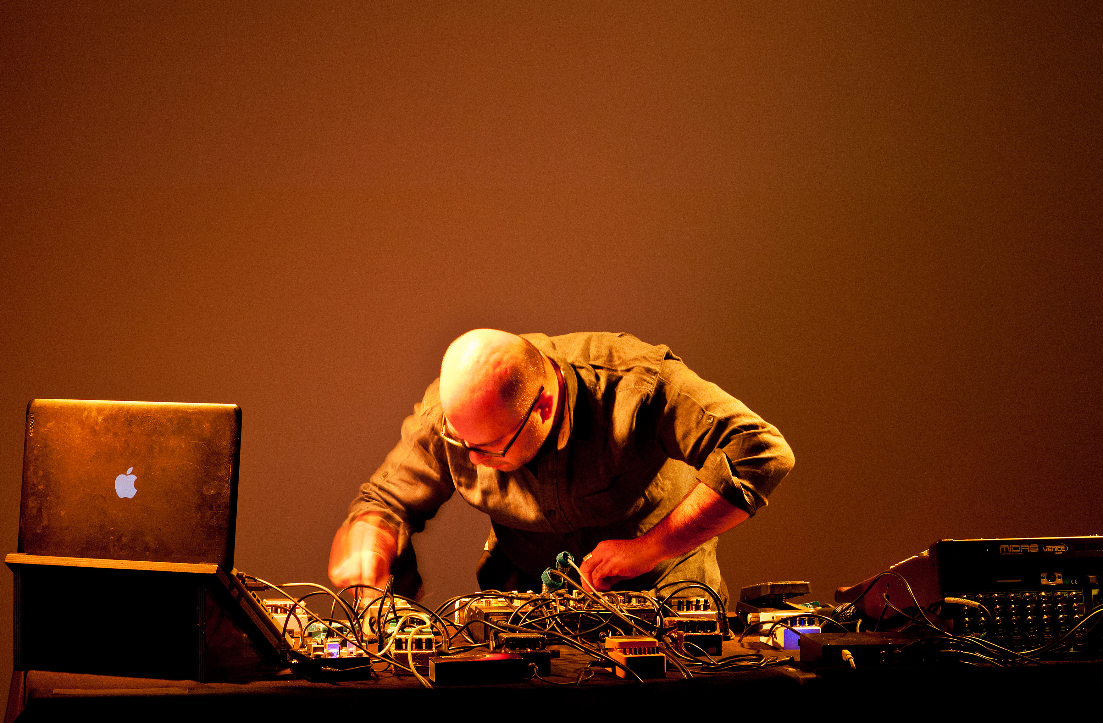 Hassan Khan Live at Portikus, Frankfurt, 2015, Photo by Helena Schlichting300dpi_1